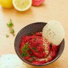 Découvrez cette recette colorée et ultra savoureuse de dip aux betteraves et noix de cajou