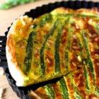 Découvrez ma délicieuse recette de quiche aux asperges, chèvre et pignons de pin.
